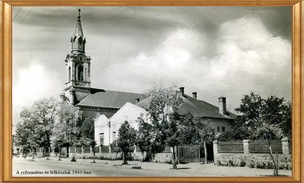 Fénykép a református templomról és a lelkészlakról 1943-ban.