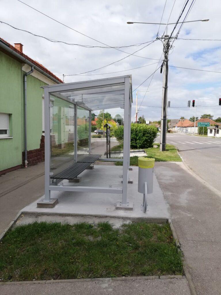 A Fő u. 56. előtti buszmegálló