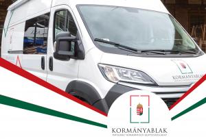 A közlemény fejléce; egy fénykép a buszról, és a kormányablak logója