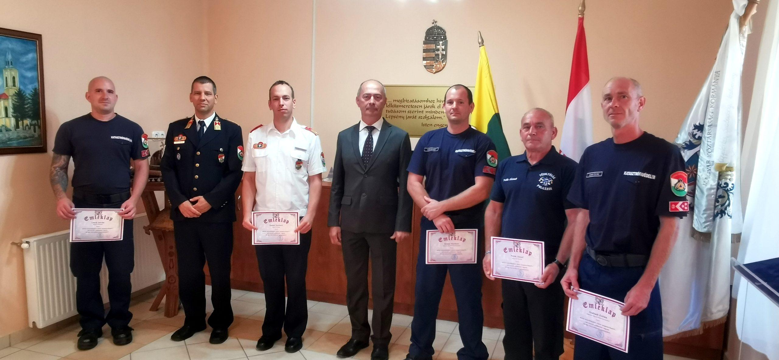 Csoportkép a kitüntetett tűzoltókról és Salamon Béla polgármesterről.